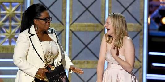 Elisabeth Moss reçoit l'Emmy Award de la meilleure actrice dramatique des mains d'Oprah Winfrey, dimanche17 septembre.