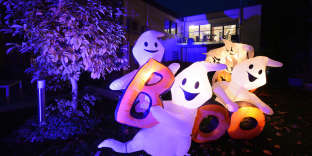 Inflatable ghost figures are lit up in a garden in Ailingen, Germany, on October 21, 2013. Owner Thomas Bittelmeyer has decorated his property with more than 8,000 lamps in dozens of Halloween figures and designs. AFP PHOTO/ DPA/ FELIX KAESTLE /GERMANY OUT / AFP PHOTO / DPA / FELIX KÄSTLE