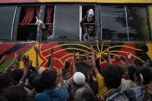 Des associations caritatives livrent des vivres ainsi que des materiaux divers aux réfugiés Rohingyas, régioin de Cox's Bazar, le 19 septembre.