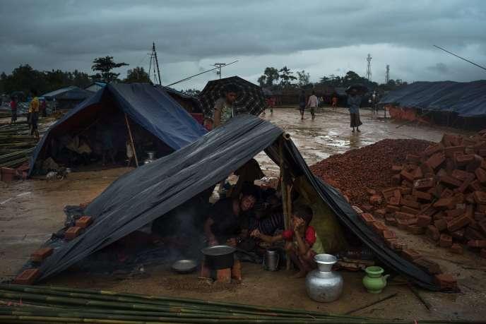 Un famille prépare le déjeuner dans un abri de fortune dans le camp de Kutupalong.