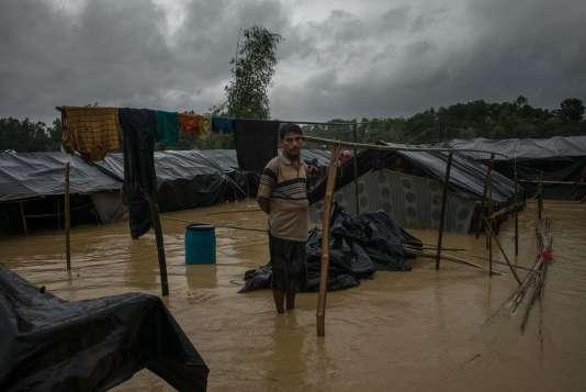 Un homme a démonté sa tente de fortune afin de se mettre à l'abri de la montée des eaux, surla route entre Teknaf et Balukhali, le 19 septembre.