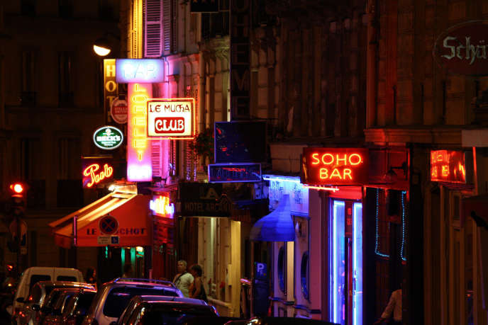 Pigalle, à Paris, la nuit.