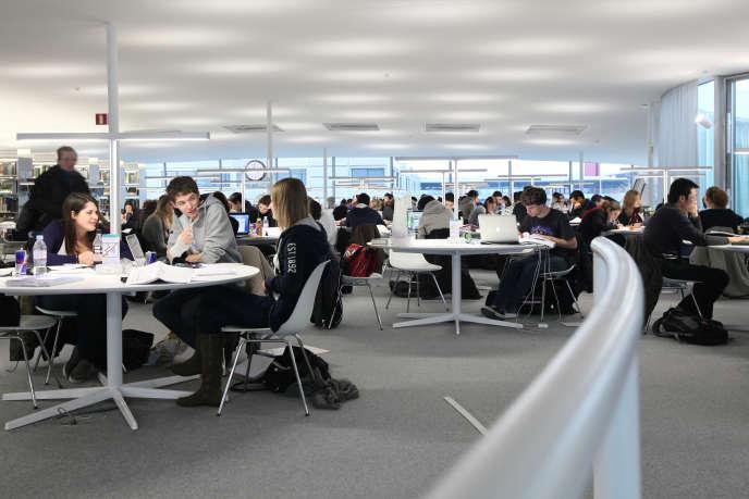Le Rolex Learning Center, rattaché à l'EPFL, est à la fois un laboratoire d'apprentissage, une bibliothèque abritant 500 000 ouvrages et un centre culturel international.