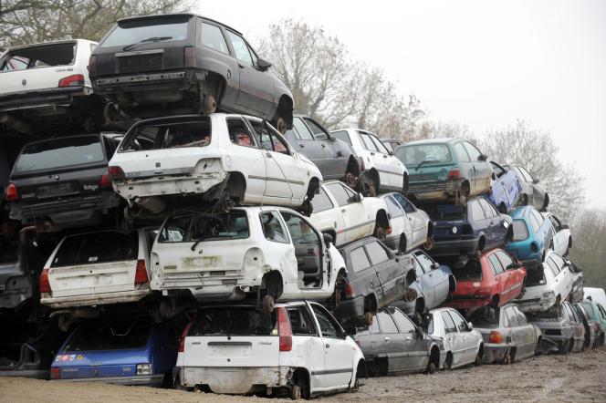 Des carcasses de voitures dans une casse du Comptoir occasion pièces automobile (COPA), le 30 Décembre 2010, à Saint-Mars-du-Désert.