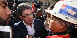 Jean-Luc Mélenchon parle avec un manifestant de la CGT à Marseille le 12 septembre.