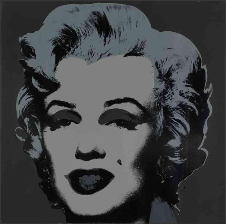 «Warhol publia cette image de Marilyn Monroe dans un portfolio de 10 tirages, chacun d'entre eux de différentes couleurs intenses, juste après la mort de la star en 1962. La nature glamour mais aussi tragique de la vie de Marilyn se manifeste tout particulièrement dans la version sombre de ce tirage.»