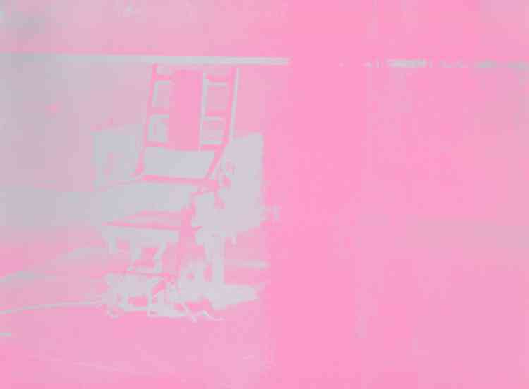 """«Warhol reprit le sujet de la chaise électrique pour la première fois en 1963 dans le cadre de sa """"Disaster Series"""", qui se focalisait sur des sujets sombres et politiques. Le rose vif vibrant de cette œuvre, qui fait partie d'un portfolio de 10 tirages de couleurs différentes publié en 1971, fournit un contraste saissisant avec la nature sinistre de la chaise.»"""