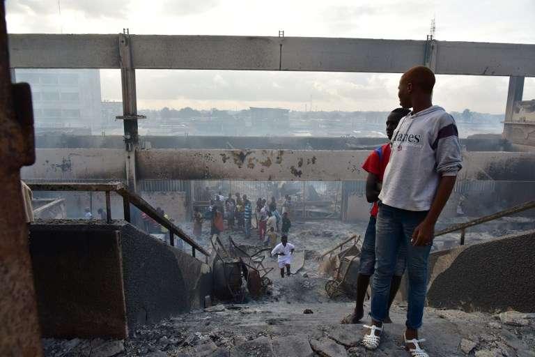 Les pompiers ont lutté toute la nuit de dimanche 17 à lundi 18 septembre 2017 pour éteindre l'incendie qui a ravagé le grand marché d'Abobo, à Abidjan, sans faire de victimes.