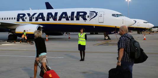 Certains passagers se sont dits bloqués sur leur lieu de voyage sans possibilité de retour rapide, et ont critiqué la compagnie pour n'avoir pas immédiatement publié la liste complète des annulations.