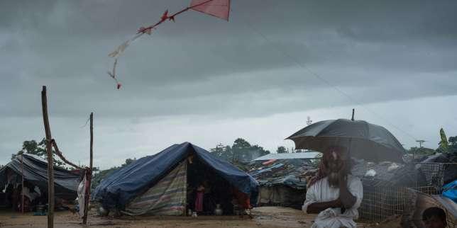 Au camp de Kutupalong, un réfugié Rohingya se protège des intempéries. Des enfants ont fabriqué un cerf-volant, le 19 septembre.