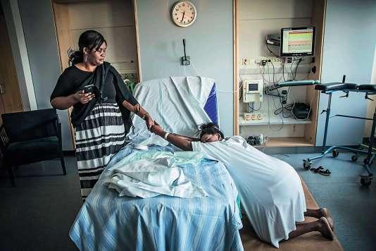 Une réfugiée congolaise en Suède durant son accouchement, tenant la main de sa mère.