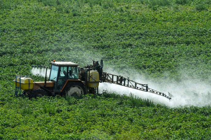 Un agriculteur pulvérise des produits phytosanitaires, dans le Nord, en août 2017.