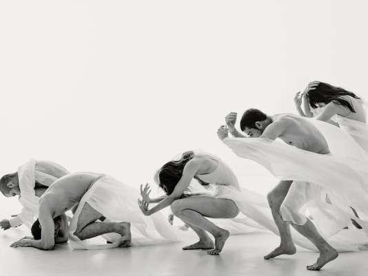Production pour quatorze danseurs, «Solstice» est une«réflexion sur l'équilibre nécessaire que nous devons trouver avec la nature».