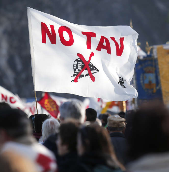 Mouvement de protestation contre le projet de liaison ferroviaire entre Lyon et Turin, en novembre 2013, à Susa (Italie).