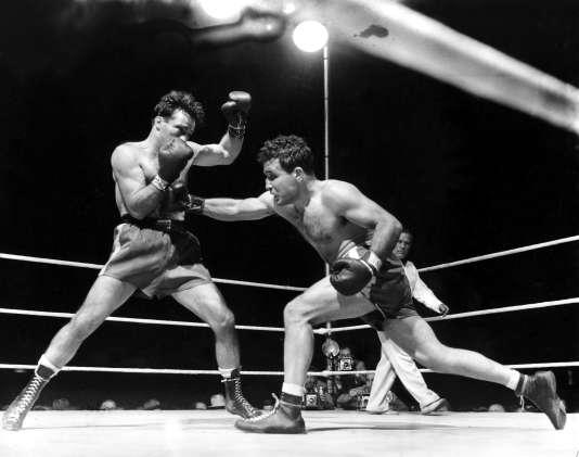 Jake LaMotta (à droite) face à Marcel Cerdan le 16 juin 1949. Il deviendra champion du monde des poids moyens à l'issue du combat.