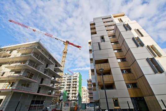 Immeubles de logements, grue de chantier. Le nouveau quartier Presqu'ile GIANT. Projet Presqu'ile GIANT (Grenoble Innovation for Advanced New Technologies)
