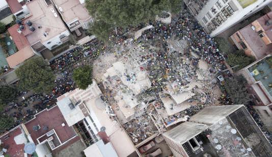 Des sauveteurs et des volontaires fouillent un immeuble effondré dans le quartier Del Valle, à Mexico, le 19septembre.
