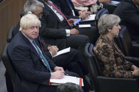 Le ministre britannique des affaires étrangères, Boris Johnson, derrière la première ministre, Theresa May, en septembre.