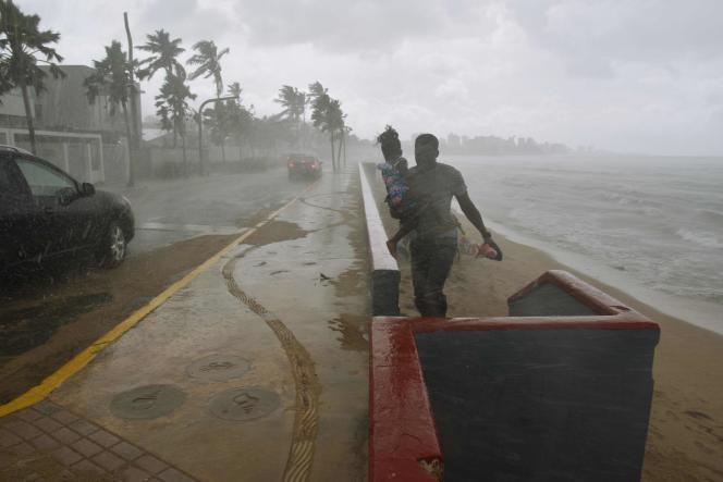 La pluie s'abat sur la plage de San Juan, sur l'île de Porto Rico, le 19septembre, avant l'arrivée de l'ouragan Maria.