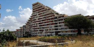 Les «Vele», immeubles emblématiques où débute le tour du quartier napolitain de la Scampia.