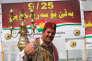 Un Kurde pose devant une bannière de soutin au référendum à Erbil, la capitale de la région auonome du Kurdistan, le 21 septembre 2017.