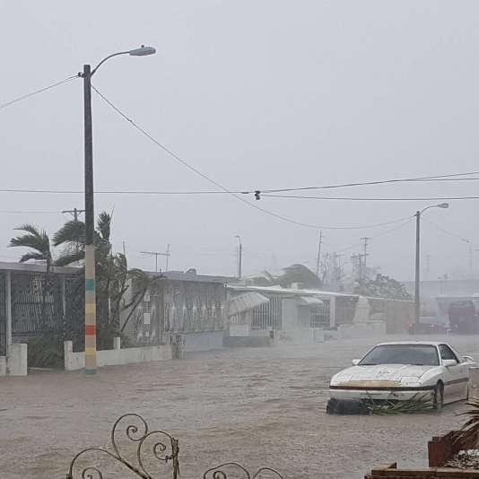Une rue est inondée après le passage de l'ouragan Maria à San juan, à Porto Rico, le20septembre 2017.