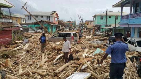 Les habitants découvrent les dégats provoqués par l'ouragan Maria, sur la commune de Roseau, sur l'île de la Dominique, le 20 septembre.