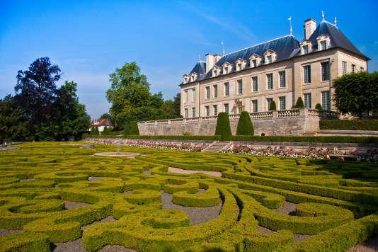 Devant le château d'Auvers, une dentelle de buis.
