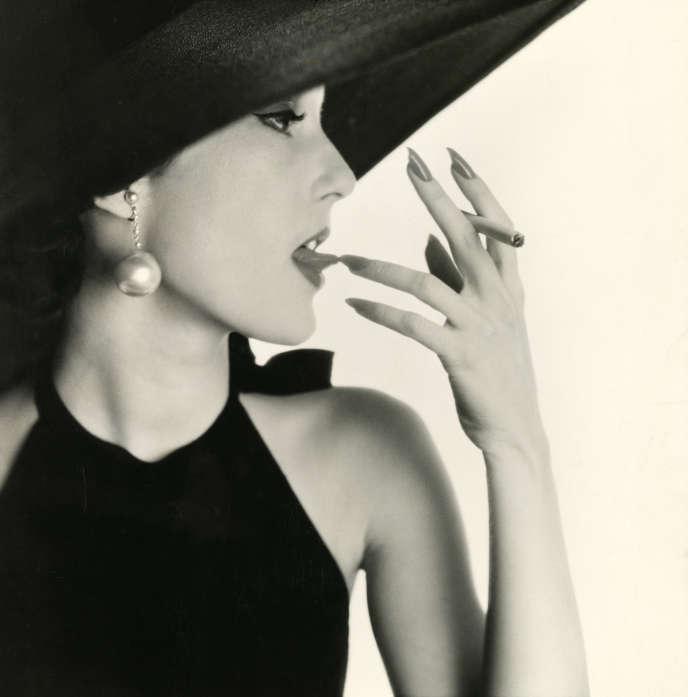 «Jeune femme avec du tabac sur la langue (Mary Jane Russell)», New York, 1951, épreuve gélatino-argentique, 37,5 × 36,5cm, Metropolitan Museum of Art, New York.