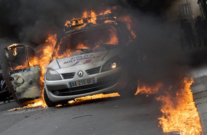 Une voiture de police incendiée lors d'une manifestation interdite, le 18 mai 2016 à Paris.