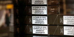 Des paquets de cigarettes dans un bureau de tabac à Bordeaux, en septembre 2017.