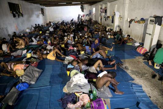 Des migrants dans un centre de détention du département pour la lutte contre la migration illégale à Tripoli, en Libye, le 10 septembre 2017.