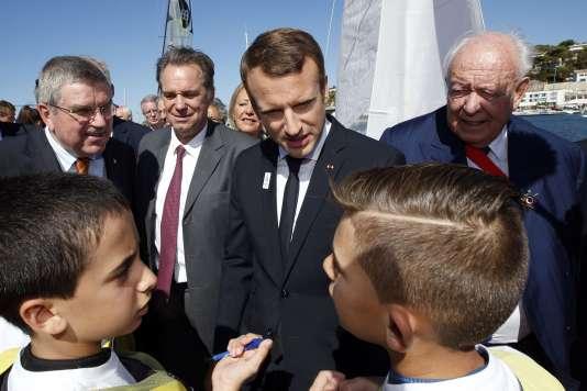 Emmanuel Macron lors de sa visite sur le futur site de voile pour les JO de 2024, à Marseille, le 21 septembre.