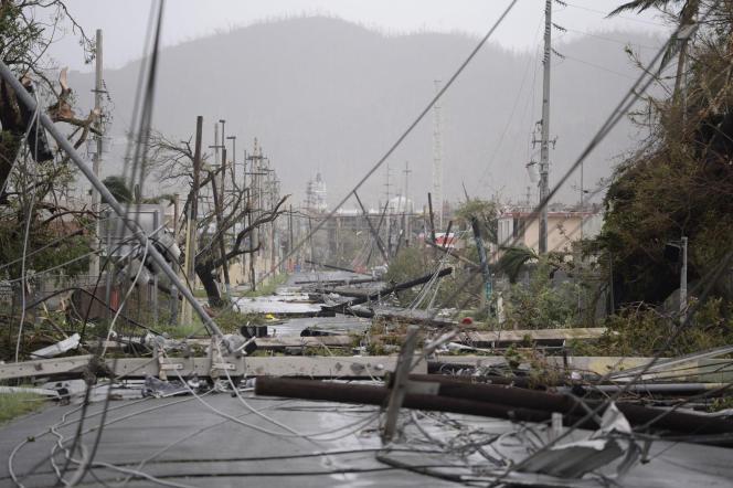Poteaux et lignes électriques sont à terre empêchant toute circulation, à Humacao, sur l'île de Porto Rico, le 20 septembre.