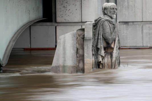 Le« Zouave» du Pont de l'Alma, en partie immergé, le 3 juin 2016 à Paris. Les crues de la Seine sont des risques que la ville de Paris souhaite apprendre à mieux anticiper et mieux surmonter.