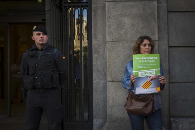 Devant le ministère du logement perquisitionné par la garde civile, à Barcelone, le 20 septembre.