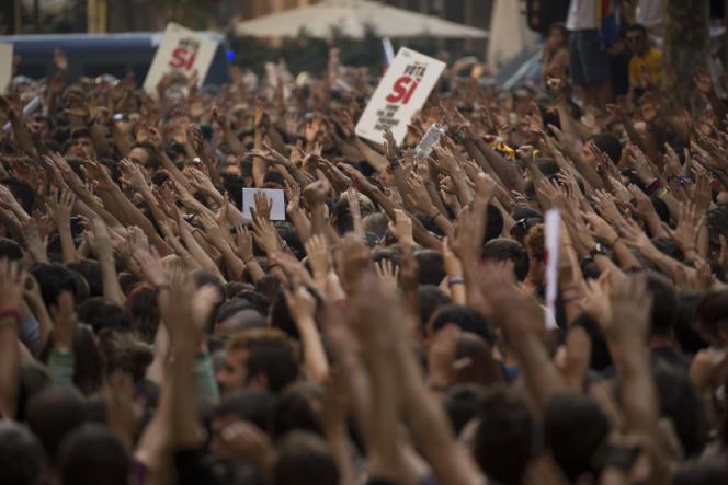 Devant le siège du parti independantiste de la gauche radicale CUP dans lequel la police espagnole n'a pas pu pénétrer, à Barcelone, le 20 septembre.