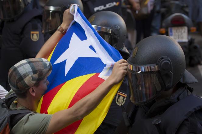 Mobilisation contre les perquisitions effectuées par la police espagnole, à la recherche de documents liés au référendum, à Barcelone le 20 septembre.