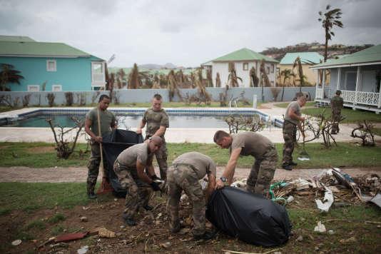 Des légionnaires commencent à nettoyer les résidences dans le quartier d'Orient Bay, àMarigot, Saint-Martin, le 20 septembre 2017.