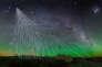 Vue d'artiste d'une pluie de particules engendrée par des rayons cosmiques, au-dessus de la plaine argentine où son installés les capteurs de l'Observatoire Pierre-Auger.