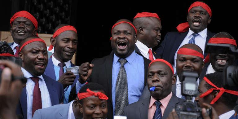 Des membres du Parlement ougandais opposés à la suppression de l'âge limite des candidats à la présidence fêtent le report de l'examen du projet de loi à Kampala, le 21 septembre 2017.