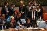 L'ambassadeur de la Corée du Sud, Cho Tae-yul,tente de capter l'attention de son homologue américaine, Nikki Haley, lors d'une réunion du Conseil de sécurité consacrée à la Corée du Nord, le 4 septembre, au siège des Nations unies, à New York.