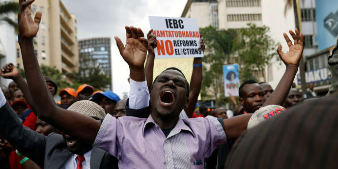 Devant la Cour suprême, à Nairobi, le 20 septembre 2017, des supporters du parti d'opposition NASA, dont le leader, Raila Odinga, avait porté la demande d'invalidation de la présidentielle du 8 août auprès de l'institution.