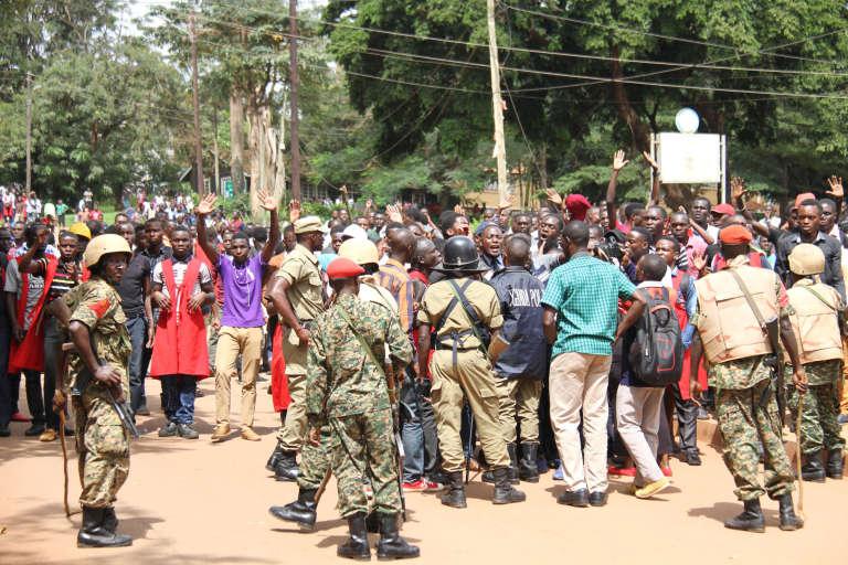 Sur le campus de Makerere, à Kampala, le 21 septembre 2017, les étudiants ougandais manifestent contre le projet de loi de suppression de l'âge limite pour être candidat à la présidence du pays qui doit être présenté au Parlement le même jour.