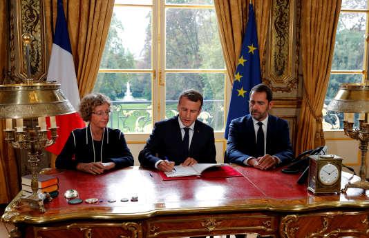 Emmanuel Macron a signé, vendredi, en direct à la télévision, les ordonnances réformant le droit du travail, comme il l'avait fait la semaine dernière pour les lois de moralisation de la vie politique.