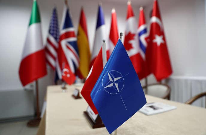 Un drapeau de l'OTAN devant ceux des pays membres de l'Alliance, le 20 septembre, en Turquie.