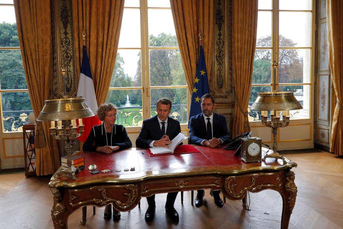 «Le projet de décret rendu public le 23 octobre prévoit une chute du nombre d'élus du comité social et économique» (Emmanuel Macron signe, le 22 septembre, en direct à la télévision, les ordonnances réformant le droit du travail, avec Muriel Pénicaud et Christophe Castaner).