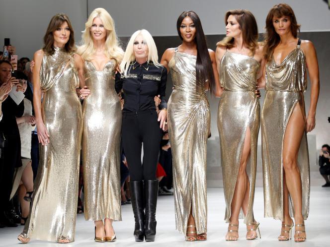 Donatella Versace a reformé sa «dream team» de top-models des années 1990 lors de la fashion week de Milan, le vendredi 22 septembre. Carla Bruni, Claudia Schiffer, Naomi Campbell, Cindy Crawford et Helena Christensen ont fait sensation.