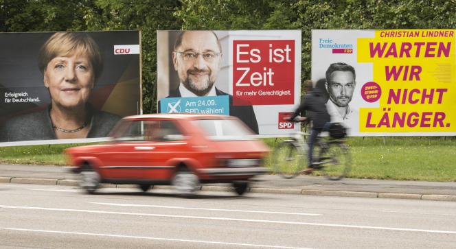 «A la suite de Verdi, le syndicat IG Metall a modifié ses statuts à la fin de 2015 pour accueillir les travailleurs du numérique et les crowdworkers, ces petites mains qui passent par des plates-formes en ligne pour proposer leurs services. » (Photo: affiches électorales pour les législatives en Allemagne du 24 septembre).