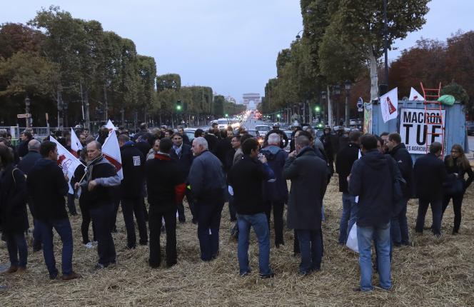 Rassemblement d'agriculteurs, sur les Champs-Elysées, le 22 septembre 2017.